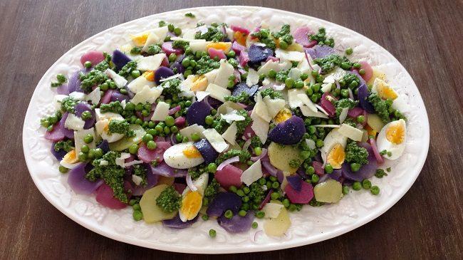 Aardappelsalade van Ottolenghi met paarse, roze en gele aardappelen