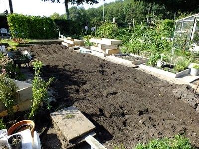 De nieuwe tuin gefreesd